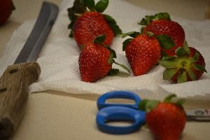 slicing the strawberrys_small