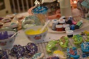 decorating the cookies_small