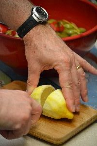 29 slicing the lemon for the juice_small